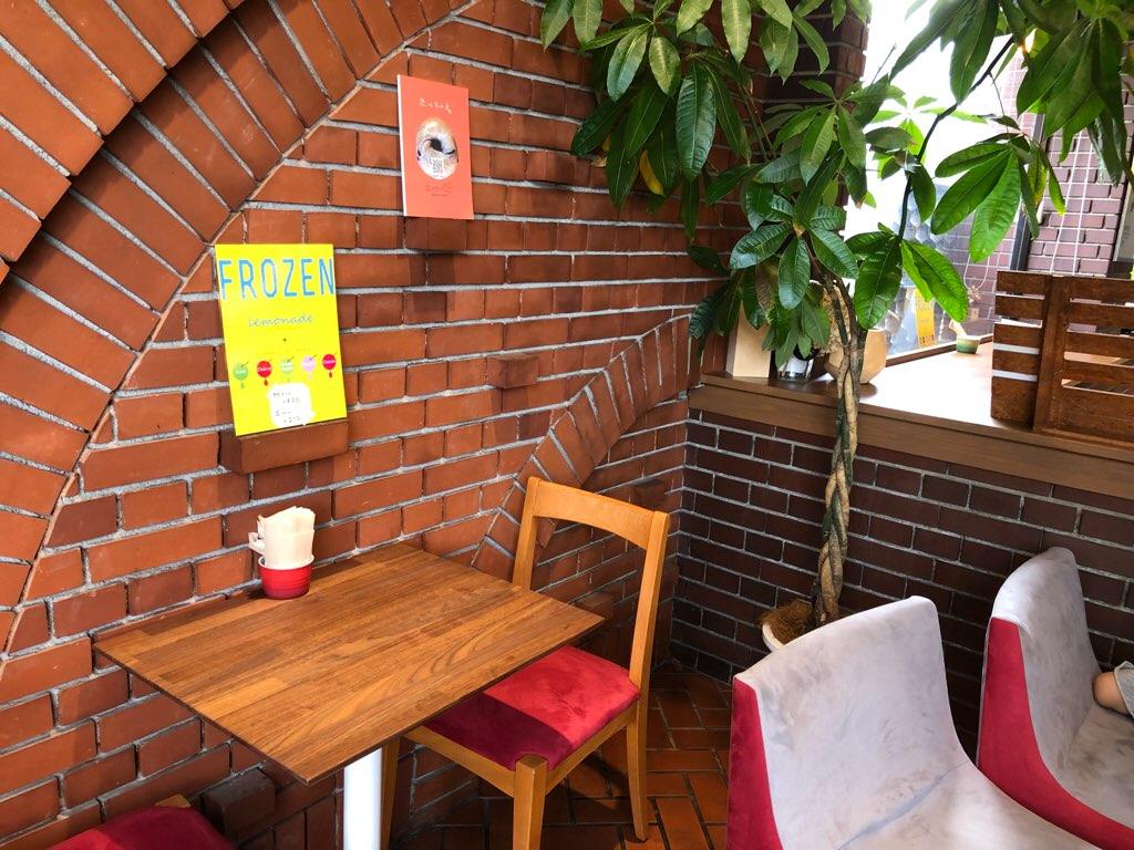 「とべーぐる」飲食スペース(テーブル席)