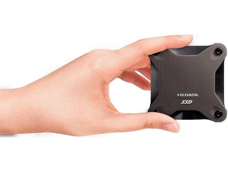 I-O DATA SSPH-UT480K/Eを手に持ったサイズ感