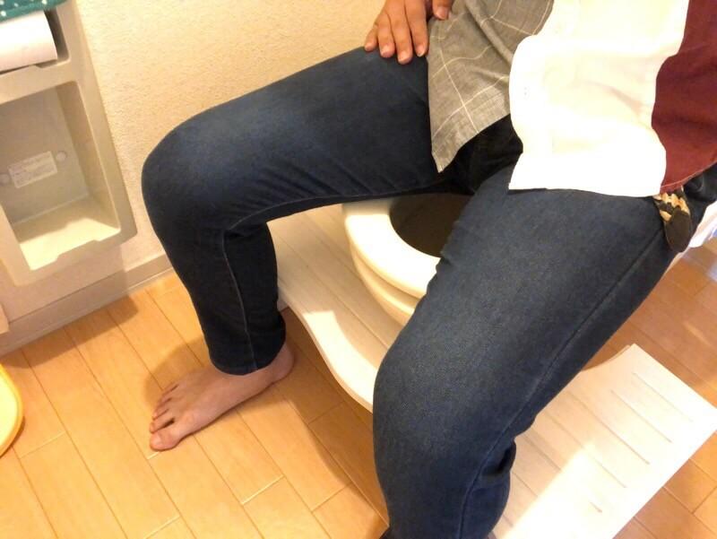 「トイレ用踏み台【NICKO-ニコ-】」を大人が使用した時の画像