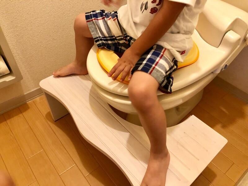 「トイレ用踏み台【NICKO-ニコ-】」を4歳の長男が使用した時の画像