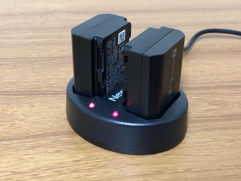 「Newmowa製 SONY α7Ⅲ 互換急速充電器『デュアルチャネル バッテリーチャージャー』」-充電開始時のランプ