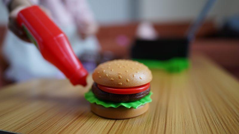 ぬいぐるみに出されたクオリティーの高いハンバーガー