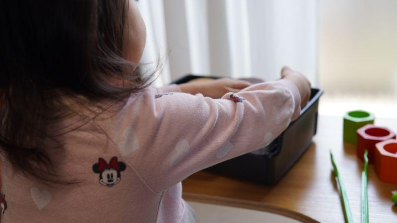 1ヶ月後も知育玩具で遊ぶ長女3