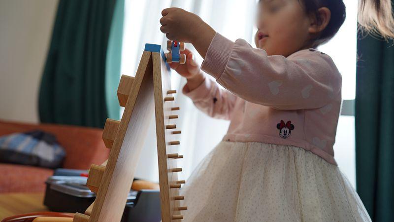1ヶ月後も知育玩具で遊ぶ長女1