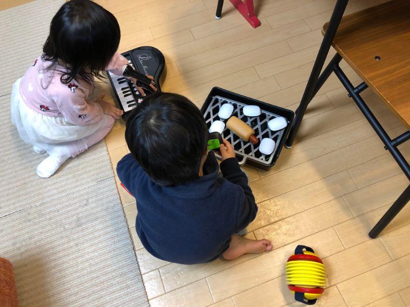 「電子ミニピアノ」と「バーベキューセット」で遊ぶ子供達
