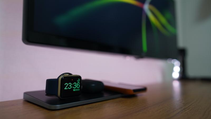 Satechi トリオワイヤレス充電パット_Apple Watchをナイトスタンドモードで使用