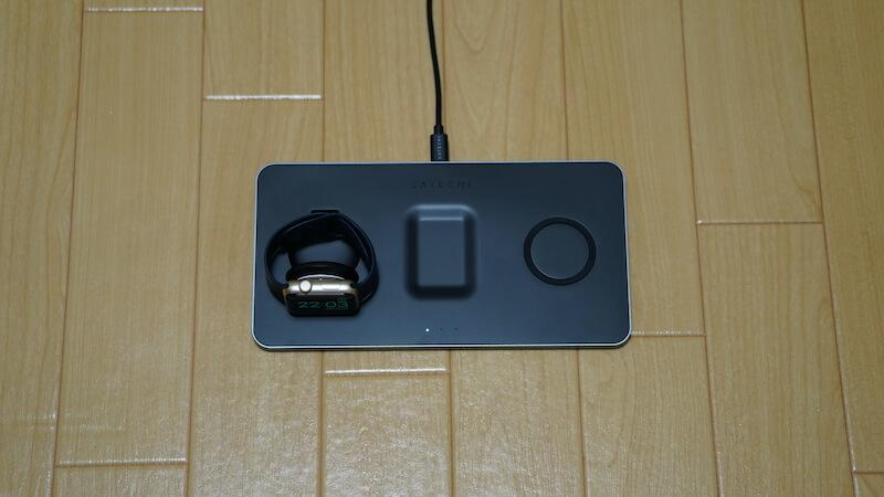 Satechi トリオワイヤレス充電パット_充電部分を立てて充電した場合