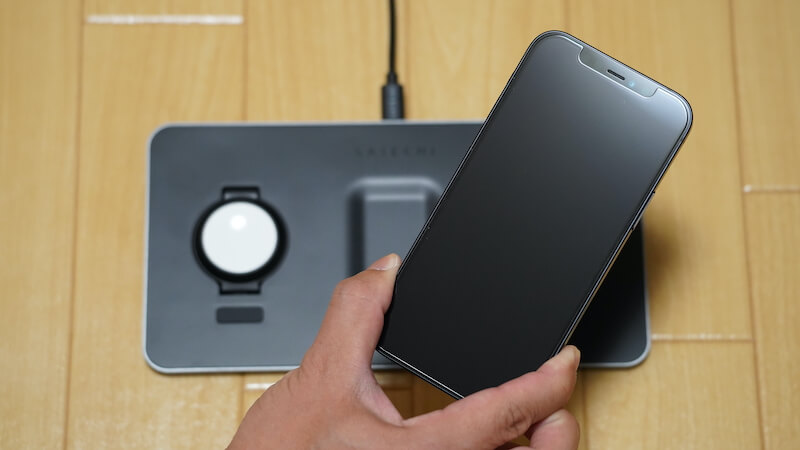 Satechi トリオワイヤレス充電パット_iPhone12を充電場所へ設置1