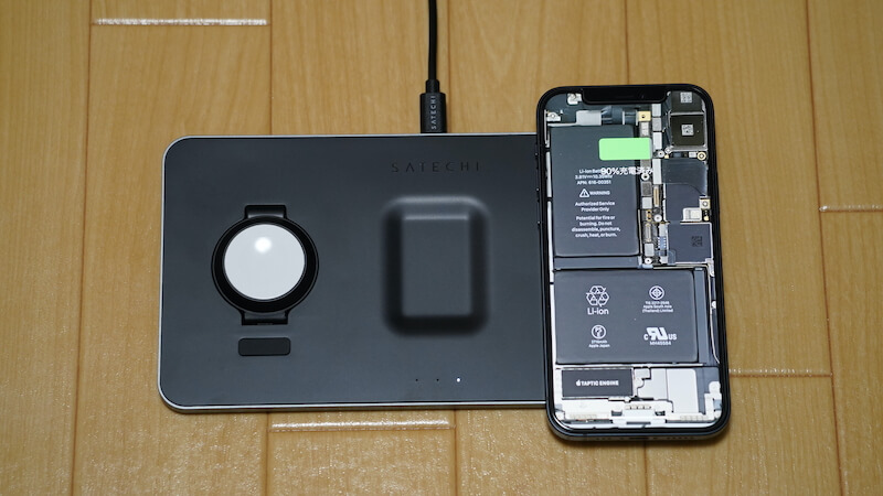 Satechi トリオワイヤレス充電パット_iPhone12を充電場所へ設置2