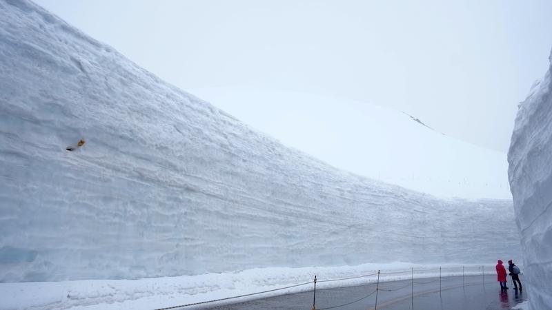 段々と高くなる雪の壁