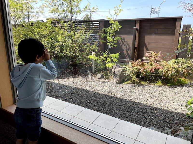 子供達は中庭が見える位置からしばらく動かず