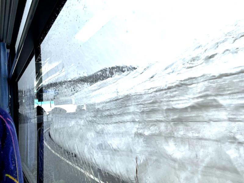 「雪の大谷」に近づくと、雪の壁の迫力が増す
