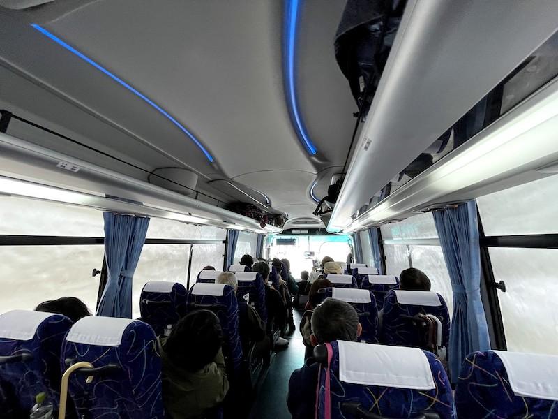 バスの両サイド全部が雪の壁