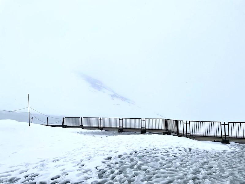 雨の日の展望テラス 真っ白で何も見えない