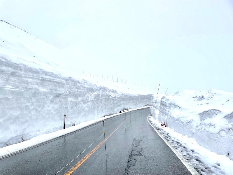出発地点の雪の壁は少し低い